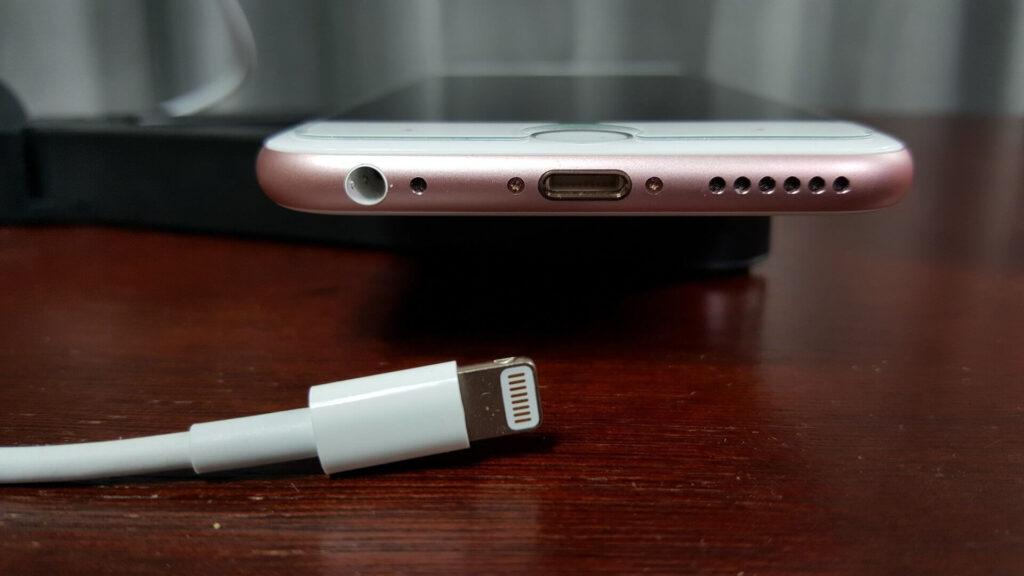 Как почистить разъем для зарядки iPhone